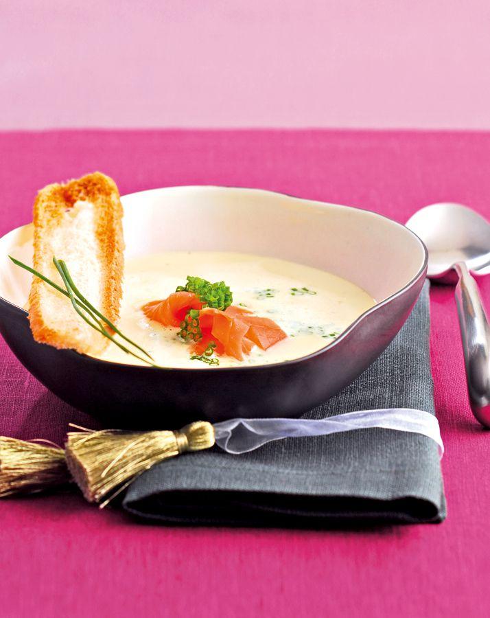 Feine Käsesuppe mit Lachsstreifen - Schalotten schälen, fein hacken und in Butter anschwitzen. Mit Weißwein ablöschen und mit Brühe aufgießen, kurz aufkochen lassen. Hitze reduzieren und Schmelzkäse, Bauernkäse und Sahne einrühren. Zum Schluss Schnittlauch fein hacken und zugeben. Mit Pfeffer abschmecken. Suppe anrichten. Lachs in feine Streifen schneiden und auf die Suppe geben.