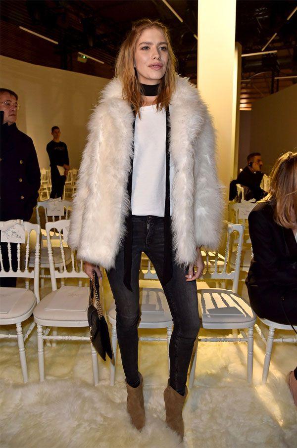 Elena Perminova com calça jeans + t-shirt branca + casaco peludo na Fashion Week