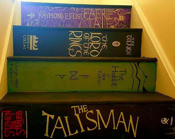 Elle peint son escalier en hommage à ses livres préférés
