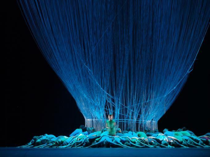 """El árbol. Escenografía """"Música, Danza y Aventura"""", por DJA. Riga 2014 capital cultural """"Riga Festival"""". Fotografía © Ernests Sveisbergs. Señ..."""