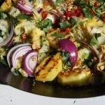 Warme ananas salade met rode ui, spitskool en pinda's