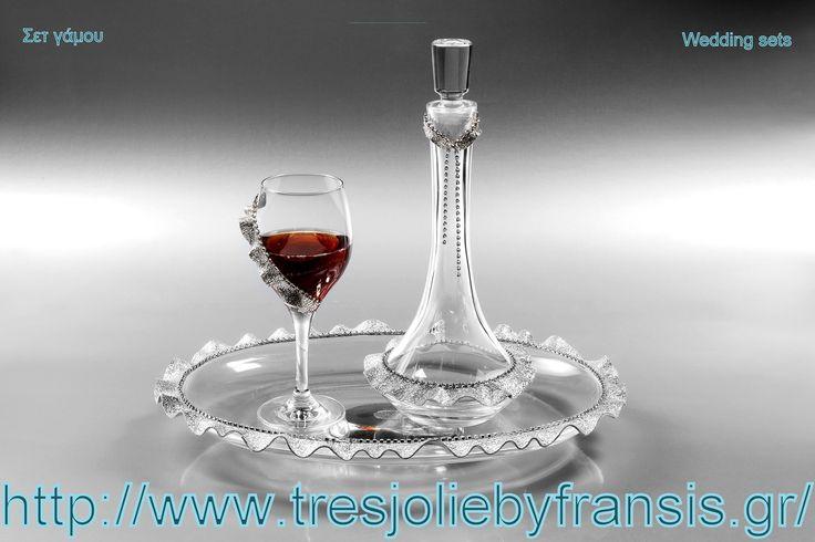 ΚΑΡΑΦΑ - ΠΟΤΗΡΙ SET CHARLESTON Δίσκος ΟΒΑΛ, Καράφα & Ποτήρι κρασιού με δερμάτινα τελειώματα & στρας. Χαρακτηριστικά Το σετ αποτελείται από: - Μια καράφα Νο. 90652 CHARLESTON - Ένα ποτήρι κρασιού Νο. 44876 CHARLESTON - Ένα δίσκο Νο. 5595 CHARLESTON