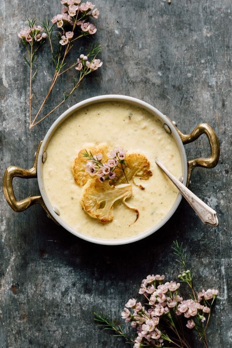 Krämig blomkålssoppa med smak av curry är höstmat så det bara stänker om det. Passar perfekt som middag mitt i veckan för den går att sno ihop på ca 20 minuter. Ännu ett plus är att den...