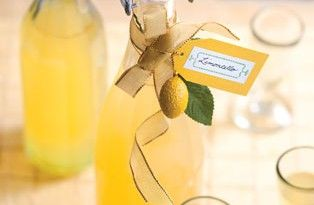 Limoncello İtalyanlar'ın dünyaya bıraktıkları en güzel miraslardan biri. Limon kabuğunun asitliği ile vodkanın birleşiminden harika bir tat ortaya çıkıyor! #limoncello #lemoncello #tarifi #alkollü #içkiler #italyan #yemekleri #içkileri #pratik #tarifler #değişik #dünya #mutfağı #limonlu