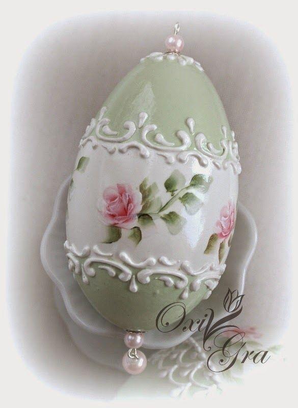 Pastelowa, stonowana kolorystyka, reliefowe ornamenty, malowane różyczki, duuużo lakieru                        W szarościach            Z ...