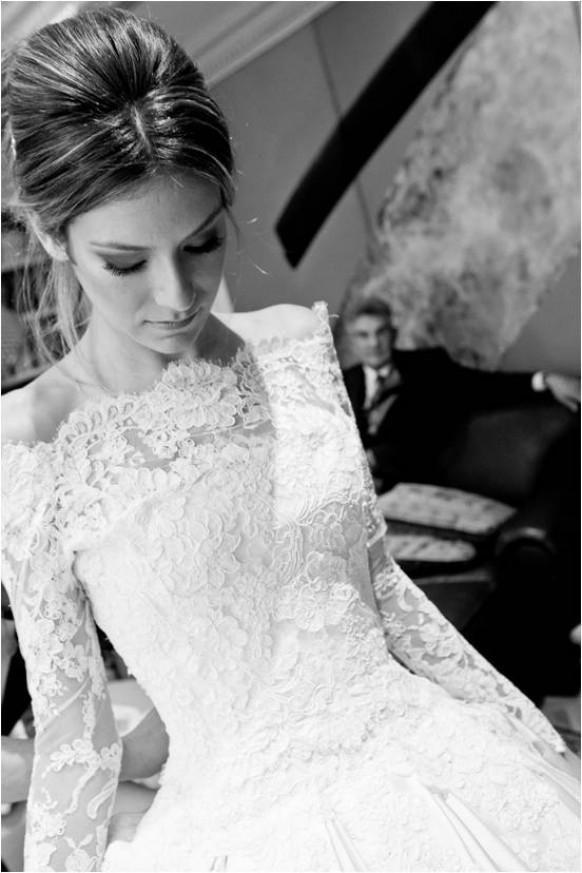 Weddbook ♥ Blanc bateau encolure, manches longues, robe de mariée en dentelle. Hiver hors de l'épaule robes de mariée. Noir et blanc photographie de mariage.