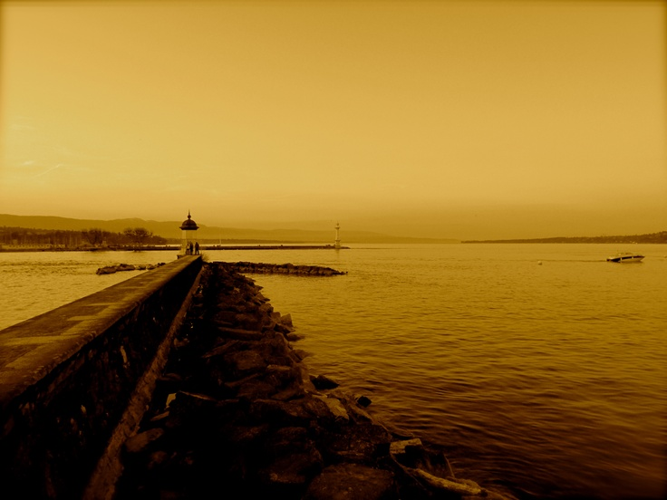 Looking across Lake Geneva - At this point, I was stood underneath the famous Geneva fountain looking out across the lake, the landscape around Lake Geneva is stunning! I choose this warm filter to make the photo more welcoming!