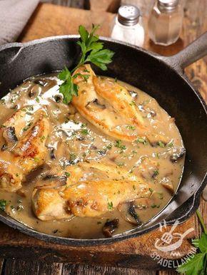 Chicken breasts in yogurt sauce and mushrooms - I Petti di pollo in salsa di yogurt e funghi sono un appetitoso secondo che unisce al sapore delicato dello yogurt tutto il profumo dei nostri boschi! #polloaifunghi