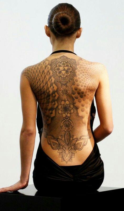 Quand le tatouage rejoint la haute-couture... Le résultat est visiblement…