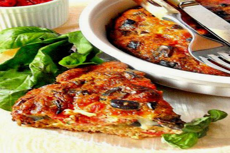 Frittata di melanzane al forno arricchita con pomodori e formaggio, perfetta da servire come piatto unico estivo, come secondo o come antipasto.