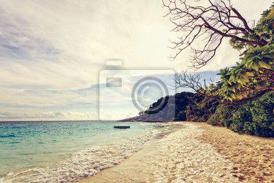 Vintage piękny krajobraz błękitne morze i niebo na plaży w rano na obrazach myloview. Najlepszej jakości fototapety, naklejki, obrazy, plakaty. Chcesz ozdobić swój dom? Tylko z myloview!