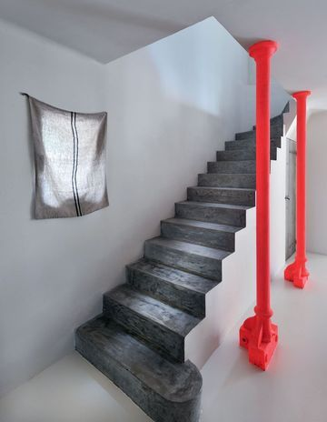 L'escalier en béton et ses poteaux fluo