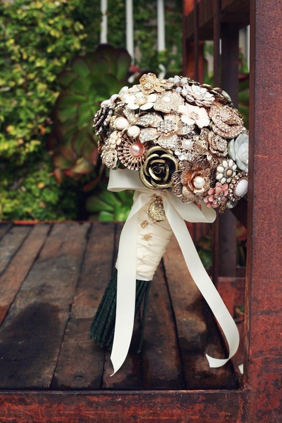 Vintage wedding bouquet with lovely brooches #wedding #vintage #bouquet #gatsby #artdeco