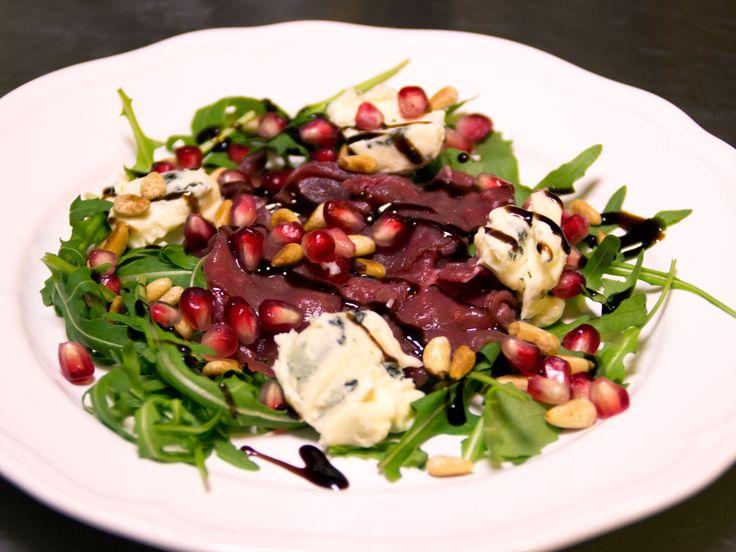 Sessans hjortcarpaccio med ädelost och pinjenötter | Recept från Köket.se