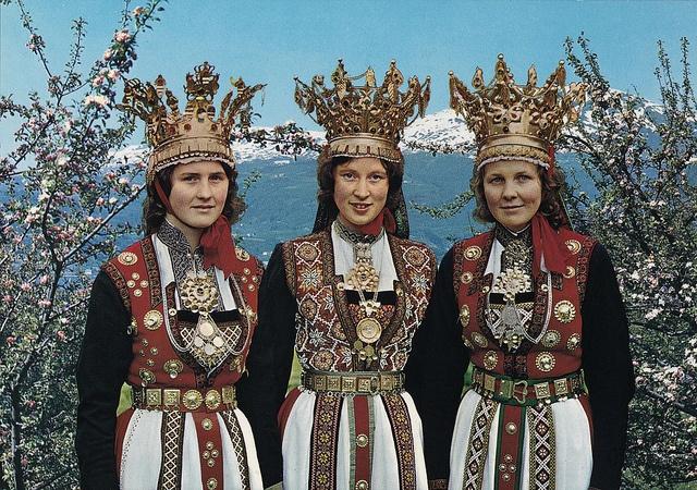Norge: Brudedrakter fra Hardanger, via Flickr.