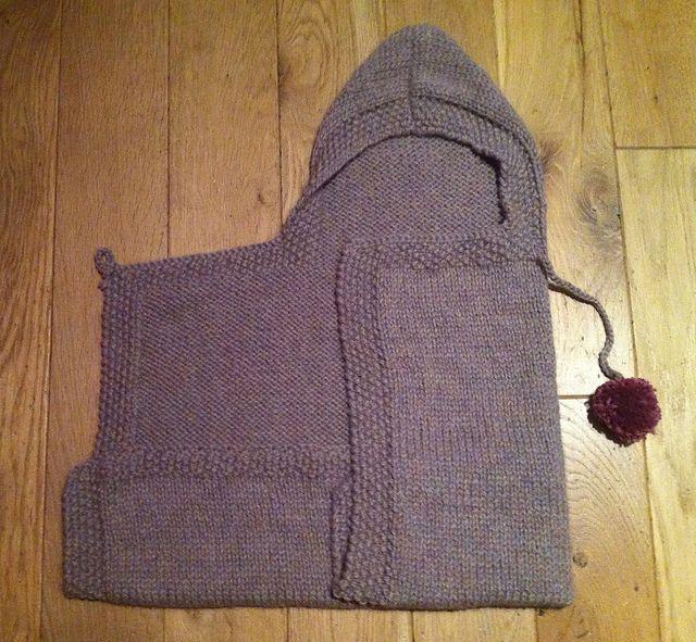 Meget praktisk pose til babyen i det første halve år. Den kan foldes på 2 forskellige måder. Her er den strikket i tyk alpaca på pinde 7. Kanterne er hæklet. Læs mere ...