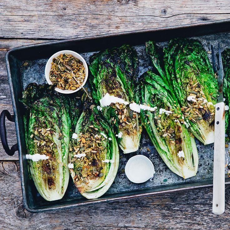 Grilla sallad? Yes! Snabbt, lätt och vansinnigt gott. Testa GreenKitchenStories recept på sotad sallad med vegansk ingefärsmajonnäs och dijongranola. Himmelriket på en klotgrill, vi lovar! 😊 Direktlänk recept i profilen @kungmarkatta1983 #kungmarkatta #recept #vegetariskt #vegan #grill #grillmat @gkstories