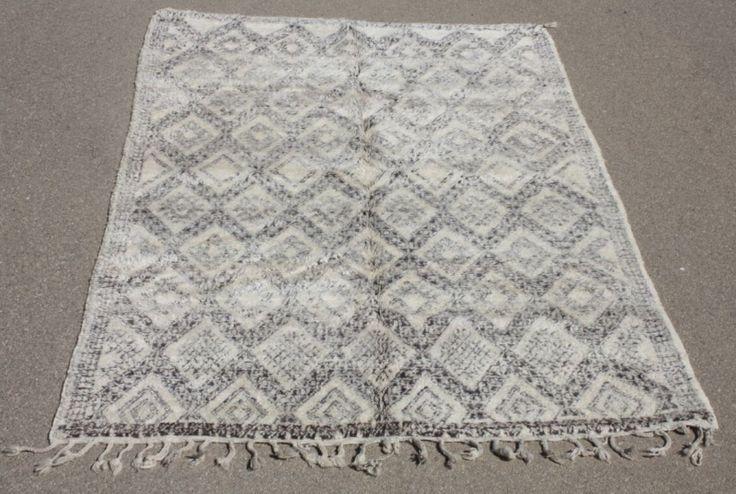 Wit hip vintage beni ouarain tapijt met bruin motief. Originele oude tapijten in een nieuwe tint. Check de collectie voor alle tapijten op voorraad. Geverfde kleden in alle kleuren! - € 1.233,00