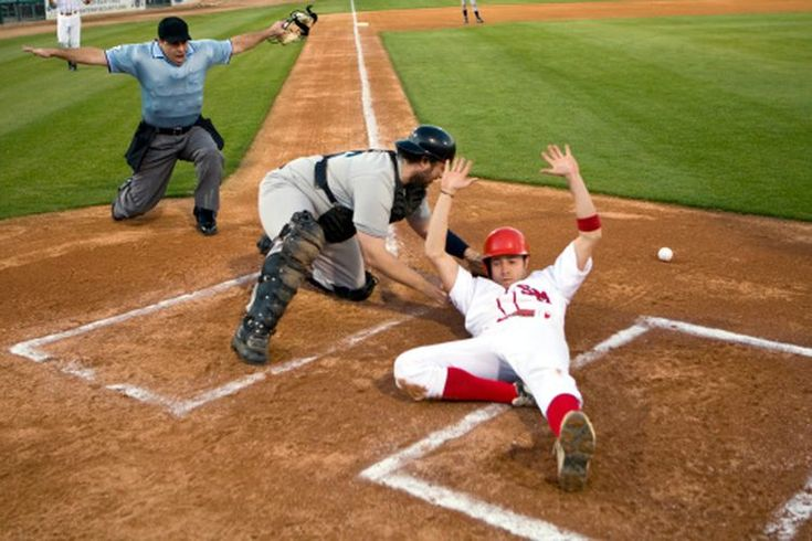 ¿Qué tan lejos esta el home plate de la segunda base en un campo de béisbol de una preparatoria?. Ya sea que juegues en la preparatoria, universidad o en la Liga de Babe Ruth o en las ligas mayores, cubrirás la misma distancia cuando hagas un viaje alrededor de las bases. Todas los campos regulados ...