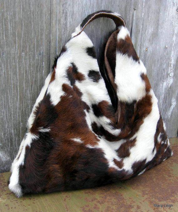 Lune dun sac hobo aimable, ample, triangulaire. La peau est tricolore, poils et soyeuse. Entièrement doublé en tissu apparence rustique avec 2 goutte dans les poches de peau de vache. Court, large, courroie dépaule. 13 drop de bretelle au cou du sac. Le sac est de 23 à travers de 19 de haut. Lintérieur du sac est 14 de profondeur. Fermeture magnétique.