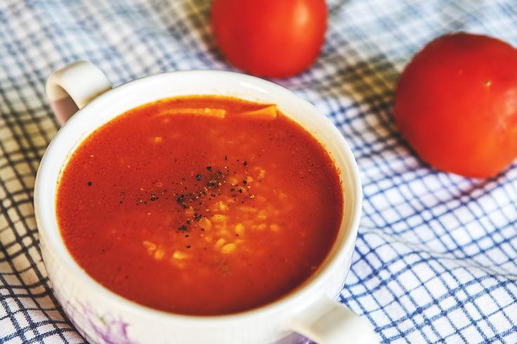 Grecka pomidorowa z bulgurem Dzisiaj ogrzejemy się pod śródziemnomorskim słońcem. Oto przepis z kuchni kreteńskiej – wegańska zupa pomidorowa z dodatkiem pożywnego pszennego bulguru.