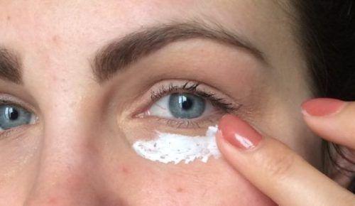 Κοινοποιήστε στο Facebook Σε καμιά γυναίκα δεν αρέσουν οι ρυτίδες κάτω από τα μάτια καθώς μεγαλώνει. Το γυναικείο δέρμα είναι τόσο απαλό και ντελικάτο και αποτελεί τον καθρέφτη της ομορφιάς της. Καθώς περνάνε τα χρόνια, το δέρμα αρχίζει να χάνει...