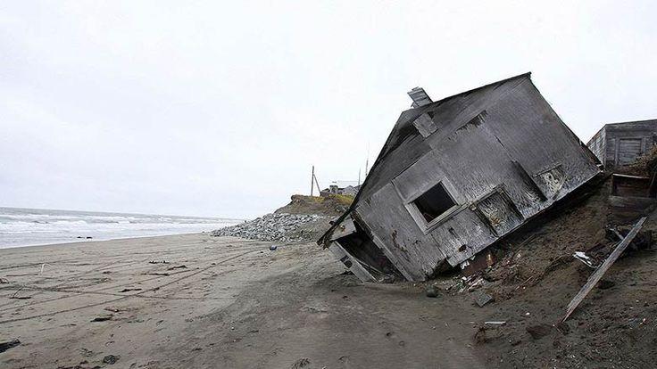 États-Unis - Un village inuit situé sur l'île de Sarichef au nord du détroit de Béring et au large de l'Alaska, les 600 habitants locaux vont être déplacés vers le continent en raison des conséquences du changement climatique. La température moyenne s'est élevée de 4 ° en quelques décennies.