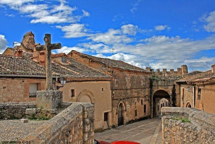 Maderuelo tiene una estructura claramente medieval, construida encima del río y del embalse de Linares. En general, hay que pasear por el pueblo y por los alrededores: los cortados del Riaza, con una buena colonia de buitres, o la Ruta de las Io la Ruta de las Iglesias.