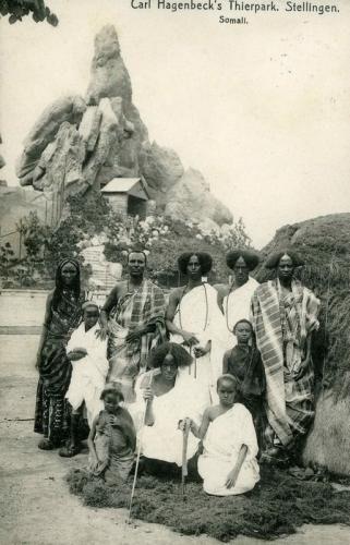 Inszenierung von Klischees: Eine Gruppe Somali posiert vor dem für sie angelegten Landschaftspanorama in Hagenbecks Tierpark. Nur wenige Zeitgenossen begriffen um die Jahrhundertwende, dass diese Inszenierungen keineswegs fremde Kulturen zeigten, sondern in erster Linie die Klischees der Europäer bestätigten.