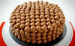 Bolo de chocolate fácil de fazer e incrivelmente lindo: receita simples é de Lorraine Pascale. Veja o passo a passo.