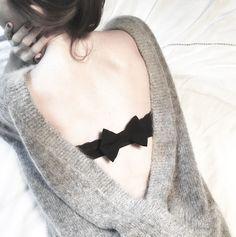 Un petit noeud en tissu à accrocher à son soutien-gorge pour cacher les agrafes sous vos dos nus !