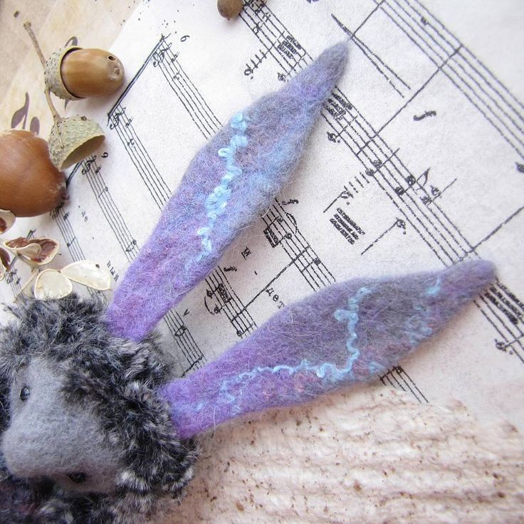 Что это? Это уши! Уши зайца, который хочет переехать в новый дом.   Уши валяные из шерсти с вкраплениями синтетических волокон. Такие клевые разводы и сочетания цветов.    #luboidorogo#любоидорого #уши#заяц#кролик#rabbit#hare#felt#amugurumi#doll