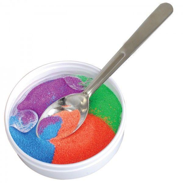 La sabbia che non si bagna con l'acqua! Questo gioco è pensato per sperimentare le particolari proprietà della sabbia idrofobica (o sabbia magica).
