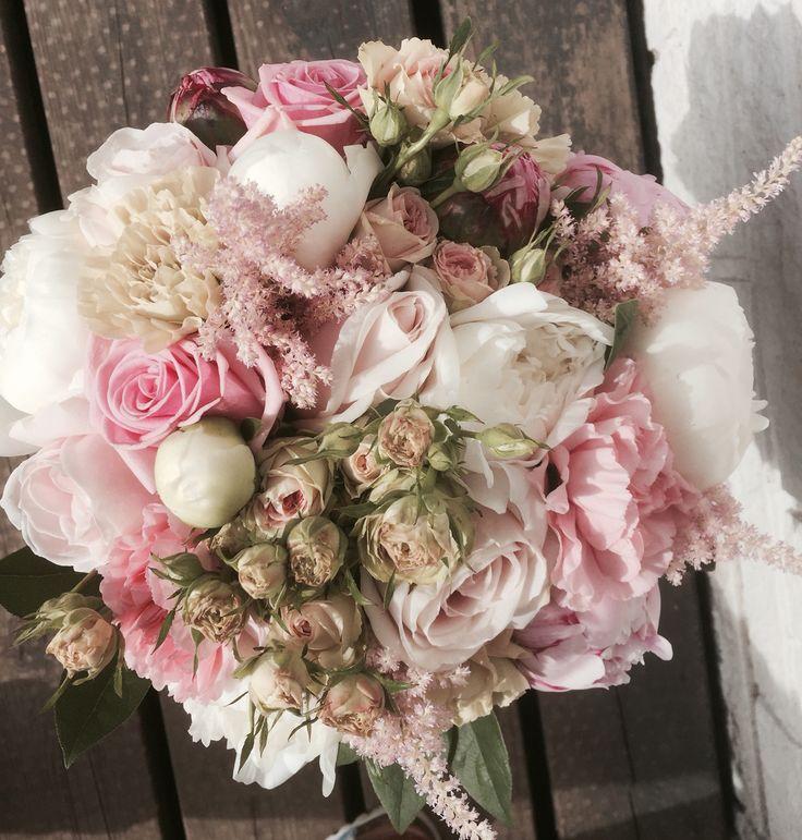 Rundbunden romantisk Vacker brudbukett  Pioner, rosor, nejlikor, kvistrosor & astillbe