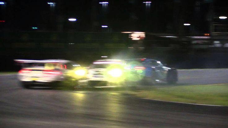 Die beiden Werks-Porsche 911 GT3 RSR sind kollidiert und ans Ende des Feldes gerutscht. Die Reaktionen in der Porsche-Box dürften nicht gerade positiv ausgefallen sein.  - Gefunden auf roadandtrack.com