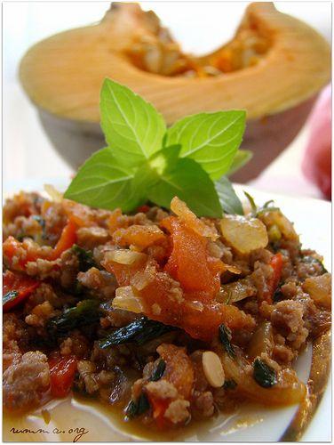 Antakya ilimize özgü lezzetli ve pratik bir yemek …Bir iki yaprak fesleğen eklerseniz daha hoş bir lezzet olacaktır. Bol karabiber tavsiye ederim… Malzemeler: 300 gr kıyma 2 yemek kaşığı sıvıyağ 2 adet soğan 2 adet yeşil sivribiber (yada 1 adet kırmızı dolmalık biber) Bir tutam maydonoz tuz,karabiber Yapılışı: Kıymamızı suyunu çekene kadar kavuruyoruz.Yağ ince kıyılmış …
