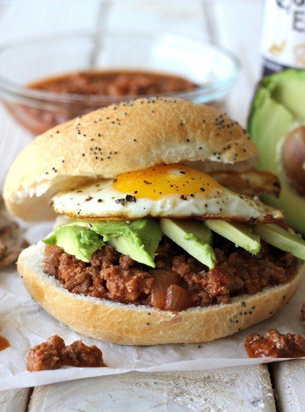 Brötchen mit Hackfleischpfanne, Avocado und Spiegelei | 23 einfache Abendessen, die Du nach der Arbeit kochen kannst