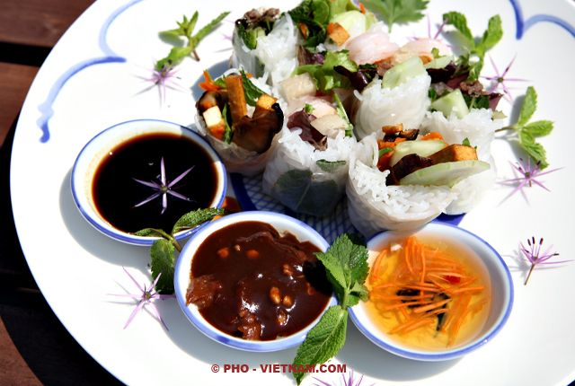 Dipsauzen bij lenterollen (foto: Pho Vietnam © Kim Le Cao)