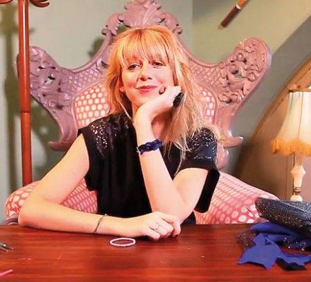 Clémence du blog « Dance and Tricot » vous explique comment faire un bracelet tressé avec des chutes de tissu. Ingénieux et craquant.