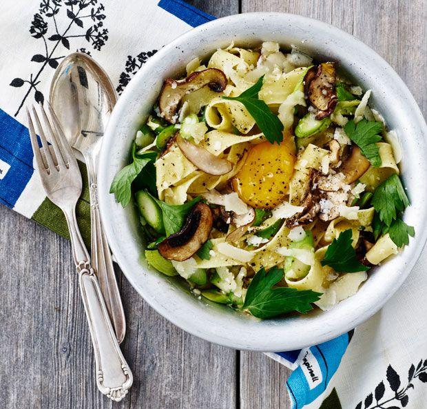 Lækker aftensmad på kun 25 minutter! Her får du opskriften på pasta med portobellosvampe og friske asparges.
