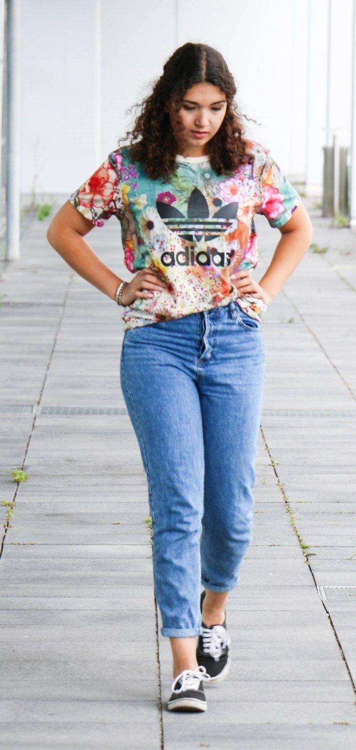 So style ich mein adidas Boyfriend Shirt mit Mom Jeans: Fashionblogger Outfit im 90er Style. Casual Look und Streetstyle der Modeblogger.