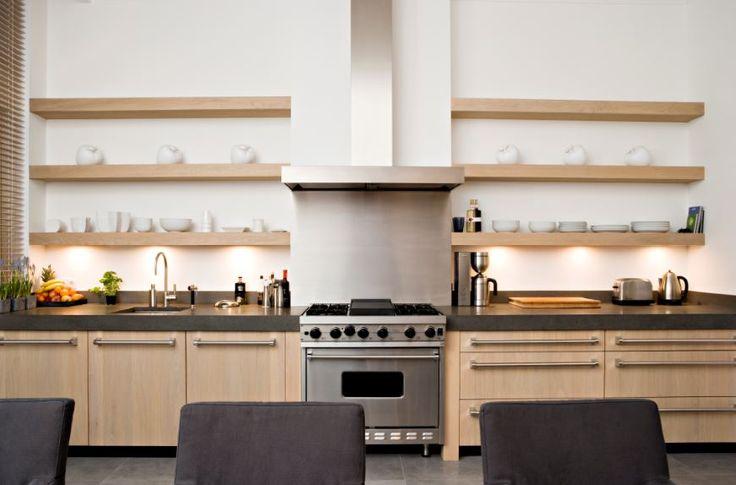 Maatwerk massief eiken houten keuken met vlakke fronten en granieten aanrechtbladen - Viking handgrepen - The Living Kitchen by Paul van de Kooi