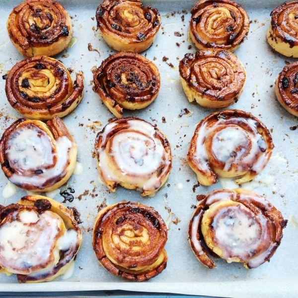 Deze goddelijke kaneelbroodjes zijn makkelijk om te maken en smaken heerlijk bij de koffie of thee. Probeer ze ook eens met een beetje glazuur. Je weet niet