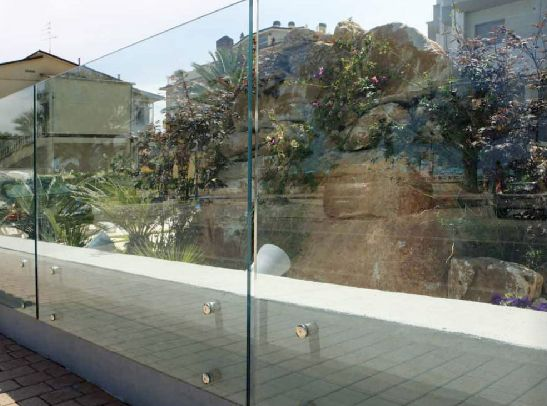 Ninfa glass balustrade with aluminium u-channel design and external clad finishing
