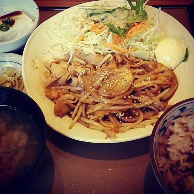 ✴ #やよい軒  しょうが焼きに  マヨネーズ( ˙༥˙ )オイシーナ♪  #福岡#福岡グルメ#グルメ#福岡ランチ#ランチ#定食#ひとりごはん#マヨネーズ#肉#しょうが焼き定食#食べてる時が幸せ#仕事忙しいし#束の間の幸せ#明日も頑張ろー