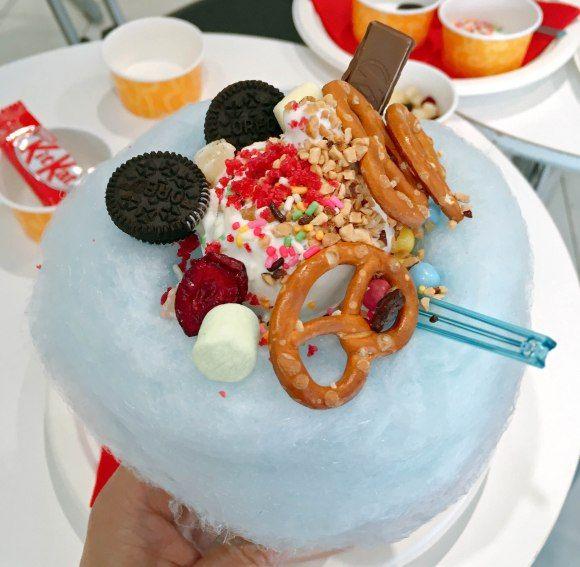 【アイスクリームの日】オリジナルソフトが作れるコールドストーンの新店で限界までトッピングしたらこうなった! |アイスクリームのチェーン店「Cold Stone Creamery (コールドストーンクリーマリー)」は、2017年5月9日、つまり「アイスクリームの日」の今日、東京・渋谷区神宮前の東急プラザ表参道原宿に、ポップアップストアをオープン