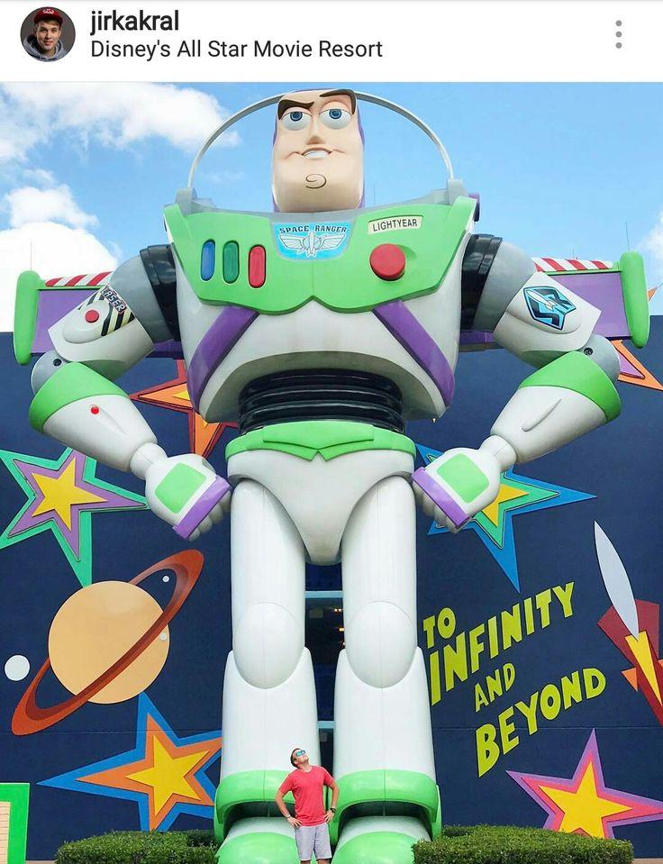 Zábavní park Disney a fotka je u Buzze rakeťáka.