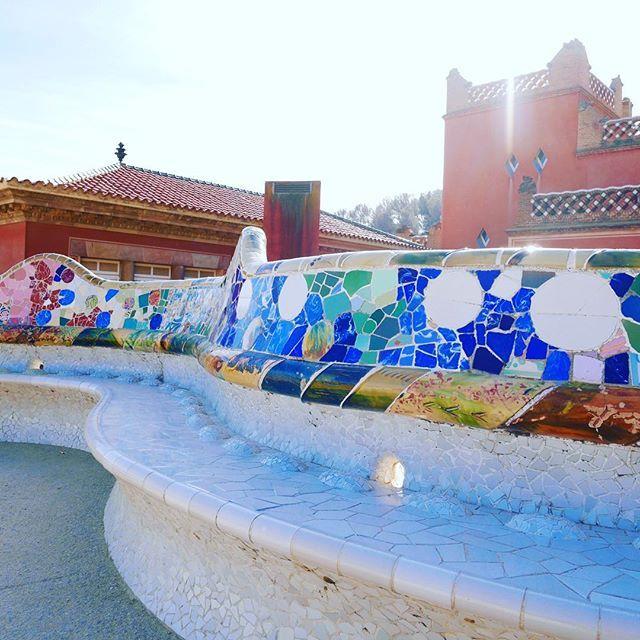 SUNNY SAMEDI Avant-dernier jour de mes vacances à #Barcelone, je rentre à #Bordeaux demain✈️ Sur le #blog, retrouvez aujourd'hui les couleurs du Parc Güell sous le soleil ☀️ Lien via profil✨Une jolie journée à tous #parcguell #barcelona #españa #spain #holidays #sun #chill #travel #weekend #blogger #sky #frenchgirl #wanderlust
