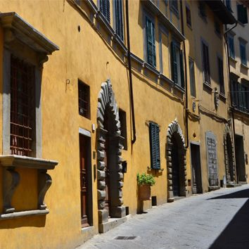 TUSCAN COLORS - Tuscany is filled with warm hues, warm pinks and deep, mustardy ochres are a traditional color for the exterior walls of Italian villas, recalling the fresco paintings of the Renaissance.
