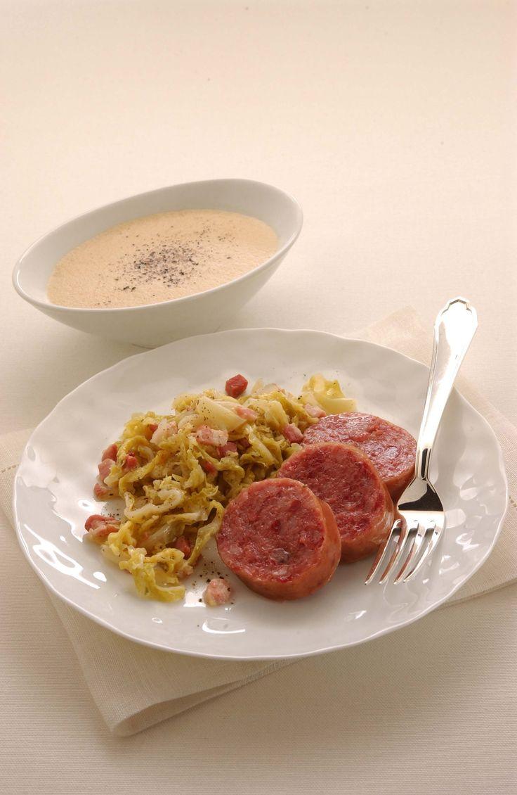 Scopri come realizzare un menu di Capodanno tradizionale. Impara a cucinare il cotechino con le lenticchie seguendo la ricetta di Sale&Pepe.